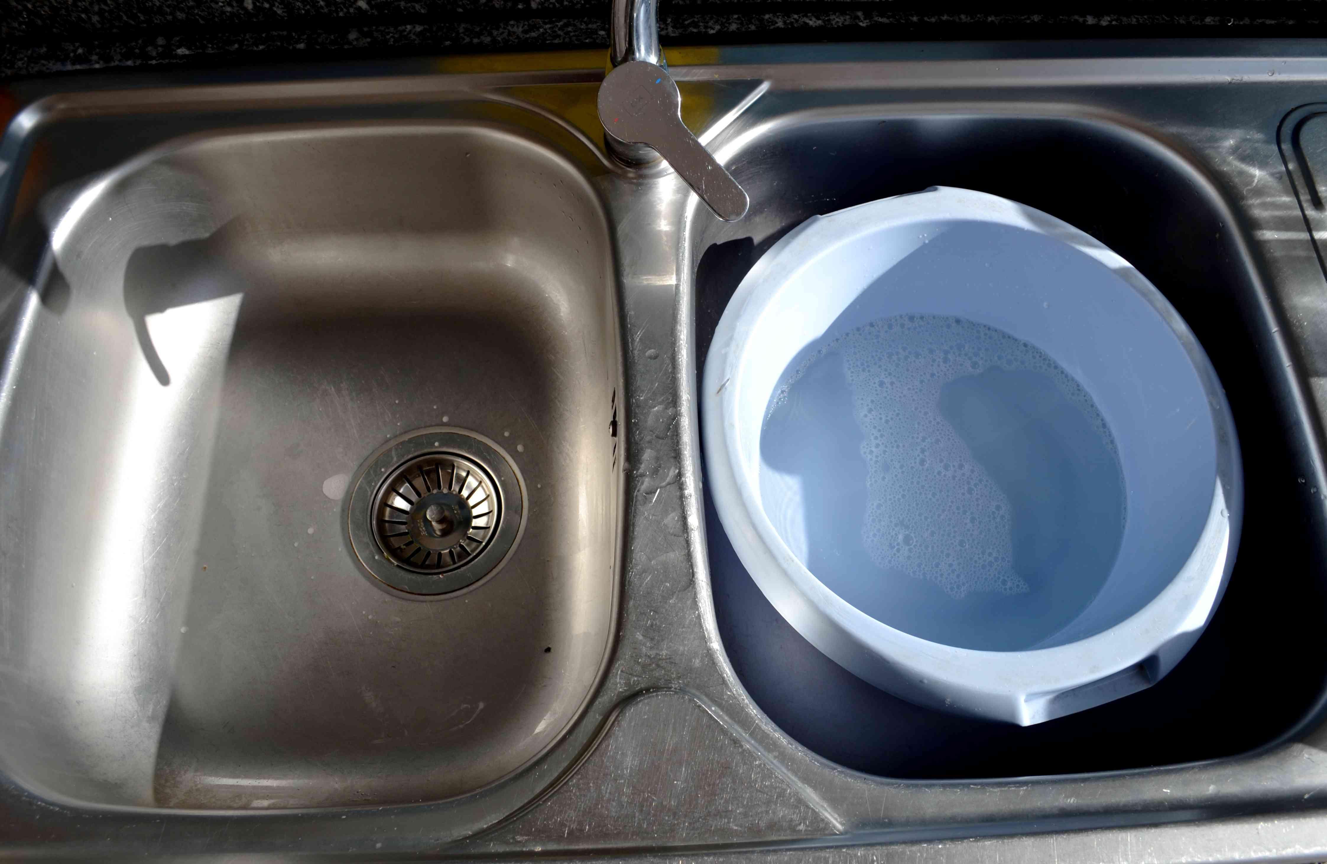 l art de laver sa vaisselle la main avec seulement 2l d. Black Bedroom Furniture Sets. Home Design Ideas